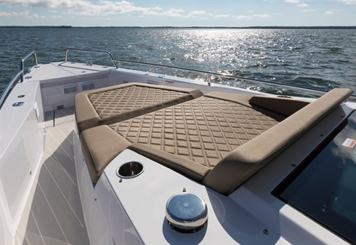 feat37Sunbed-on-foredeck-R7A8824
