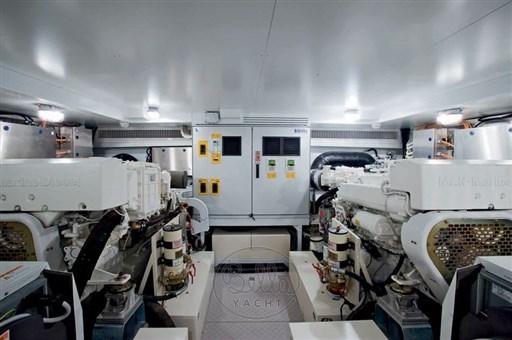 Mochi_Long_Range_23_bella_yacht_engines