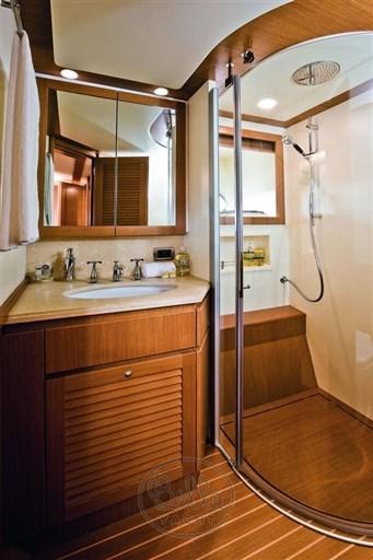 Mochi_Long_Range_23_bella_yachtMochi_Long_Range_23_bella_yacht_bathroom